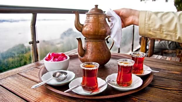 Türkischer Tee wird serviert